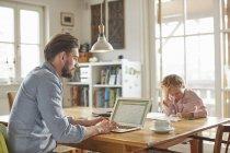 Padre e figlio che lavorano in ufficio — Foto stock