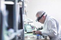 Ingenieur lötet Prototyp einer Leiterplatte — Stockfoto