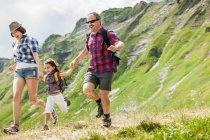 Pais com filha caminhadas no Tirol, Áustria — Fotografia de Stock