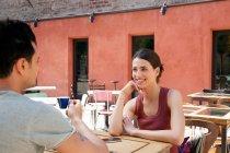 Paar vor Café, Florenz, Toskana, Italien — Stockfoto