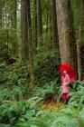 Donna con l'ombrello che cammina nella foresta — Foto stock