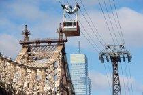 Подъемник по городскому мосту на фоне городского пейзажа — стоковое фото