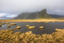 Sumpf-See und die Berge unter bewölktem Himmel — Stockfoto