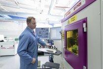 Рентгеновская инспекционная машина на заводе по сборке печатных плат — стоковое фото