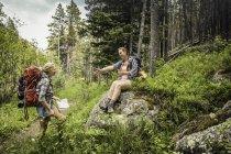 Adolescente e jovem caminhante fazendo uma pausa na floresta, Red Lodge, Montana, EUA — Fotografia de Stock