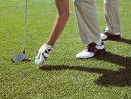 Homem jogando golfe, pegando a bola — Fotografia de Stock