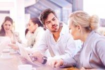 Бизнесвумен и мужчина обсуждают документы на заседании офиса — стоковое фото