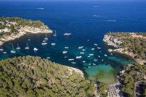 Vista ad alto angolo di yacht ancorati nella baia costiera, Maiorca, Spagna — Foto stock