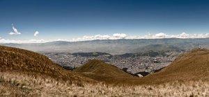 Quito Pichincha e a Cimeira da Cruz Loma — Fotografia de Stock