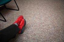 Красная обувь в комнате ожидания — стоковое фото
