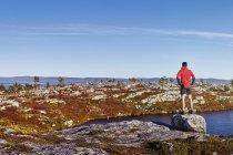 Задний вид на спортивного человека с видом на горы, Лапландия, Финляндия — стоковое фото