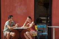 Couple sitting outside cafe, Florence, Tuscany, Italy — Stock Photo