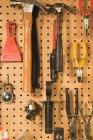 Плотник инструменты в хозяйственном магазине висит на стене — стоковое фото