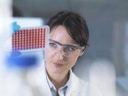 Scientifique préparant des échantillons de sang pour des essais cliniques en laboratoire — Photo de stock