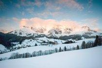 Cena de montanha com casas no horizonte — Fotografia de Stock