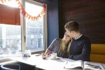 Romantische junges Paar am Tag im Café Fensterplatz — Stockfoto