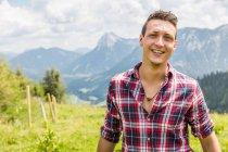 Портрет молодого человека против гор, Тироль, Австрия — стоковое фото