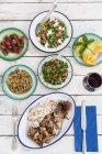 Vue de dessus du repas avec une variété de salades et d'aliments salés — Photo de stock