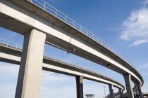 Autostrade sopraelevate con cielo blu su sfondo — Foto stock