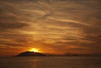 Coucher de soleil sur la mer tranquille — Photo de stock