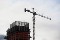 Bâtiment en construction avec grue — Photo de stock