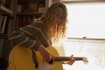Ragazza adolescente che suona la chitarra — Foto stock