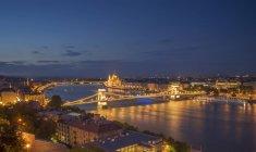 Puente de las Cadenas en el Danubio por la noche, Hungría, Budapest - foto de stock