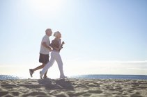 Пара пробежек по пляжу — стоковое фото