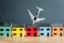 Avion s'écrasant dans la maison modèle, concept d'adversité — Photo de stock