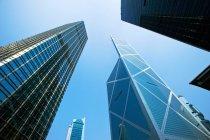 Grattacieli sotto cielo blu — Foto stock