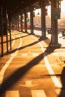 Pista ciclabile sotto il ponte al tramonto — Foto stock