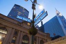 Straßenschilder außerhalb Grand Central station — Stockfoto