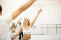 Junge Frau trainiert Aerobic im Fitnessstudio — Stockfoto
