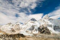 Гора Еверест під снігом — стокове фото