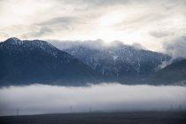 Mammutberge und niedrige Wolken, Kalifornien, USA — Stockfoto