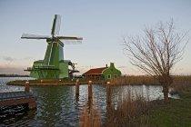 Windmühle und Seebrücke unter blauem Himmel — Stockfoto