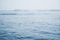 Вид на Тихий океан и синий фон — стоковое фото