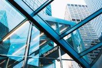 Rascacielos a través de la entrada del metro - foto de stock