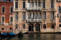 Красивая архитектура Палаццо и гондолы в Венеции, Италия — стоковое фото