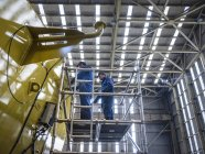 Travailleurs sur des échafaudages en ingénierie d'usine — Photo de stock