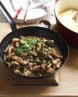 Poulet d'un pot avec épinards et champignons — Photo de stock