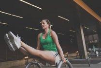 Молода жінка, що здійснюють, у міських умовах — стокове фото