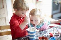 Les enfants cuisinent ensemble dans la cuisine — Photo de stock