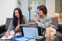 Mulheres de negócios que trabalham junto, foco no primeiro plano — Fotografia de Stock