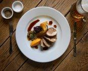 Gefülltes Schweinefilet mit Birnen auf Platte — Stockfoto