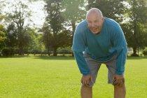 Пожилой человек отдыхает в поле — стоковое фото