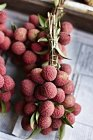 Lychee fruit bunch for sale at street market — Stock Photo