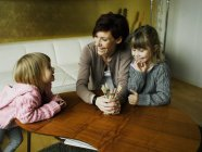 Матері і дочки, граючи разом — стокове фото