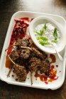 Assiette de côtelettes et sauce au yaourt — Photo de stock
