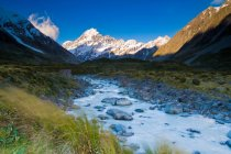 Снежные горы и сельских Крик — стоковое фото